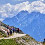 personnes faisant de la randonnée en montagne